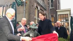 Beeld 'De Turftrapster' herplaatst in Oude Dorp Amstelveen